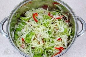 Салат из зелёных помидоров с капустой на зиму: фото к шагу 11.