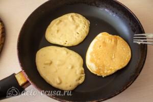 Яблочные панкейки на молоке: фото к шагу 6.
