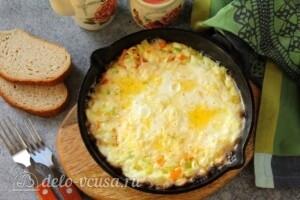 Омлет с кабачками и сыром на сковороде: фото к шагу 10.