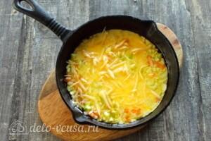 Омлет с кабачками и сыром на сковороде: фото к шагу 8.