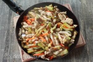 Салат с баклажанами и курицей: фото к шагу 8.