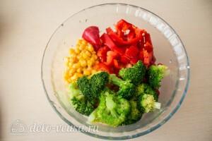 Салат из брокколи с перцем и кукурузой: фото к шагу 5.