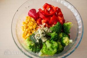 Салат из брокколи с перцем и кукурузой: фото к шагу 6.