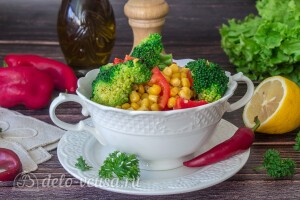 Салат из брокколи с перцем и кукурузой: фото к шагу 7.