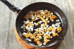 Щи из кислой капусты с грибами: фото к шагу 4.
