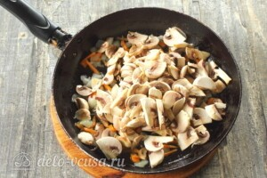 Щи из кислой капусты с грибами: фото к шагу 5.