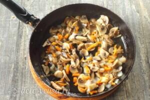 Щи из кислой капусты с грибами: фото к шагу 6.