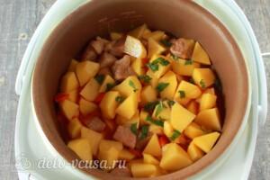 Жаркое из свинины с картошкой в мультиварке: фото к шагу 7.
