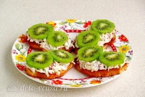 Бутерброды с киви и крабовыми палочками: фото к шагу 10.