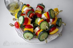 Греческий салат на шпажках: фото к шагу 6.