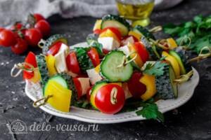 Греческий салат на шпажках: фото к шагу 8.