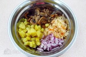 Картофельный салат с квашеной капустой и грибами: фото к шагу 7.
