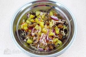 Картофельный салат с квашеной капустой и грибами: фото к шагу 8.