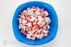 Крабовый салат с грибами и перцем: фото к шагу 1.