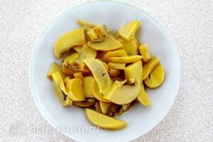 Крабовый салат с грибами и перцем: фото к шагу 2.