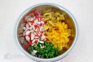 Крабовый салат с грибами и перцем: фото к шагу 5.