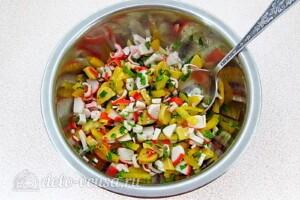 Крабовый салат с грибами и перцем: фото к шагу 6.