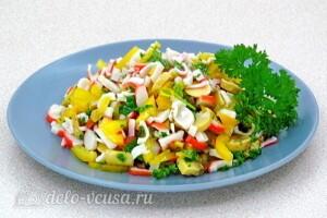 Крабовый салат с грибами и перцем: фото к шагу 7.