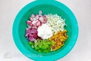 Крабовый салат с киви: фото к шагу 5.