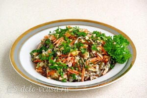 Салат из морской капусты с яблоком: фото к шагу 10.