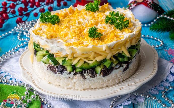 Слоеный салат с рисом и черносливом
