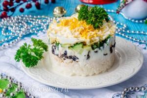 Слоеный салат с рисом и черносливом: фото к шагу 12.