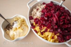 Свекольный салат с курицей и сыром: фото к шагу 7.