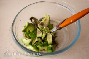 Тосты с авокадо и семгой: фото к шагу 2.