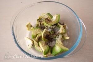 Тосты с авокадо и тунцом: фото к шагу 2.