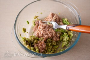 Тосты с авокадо и тунцом: фото к шагу 3.