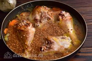 Гречка с курицей на сковороде: фото к шагу 6.