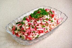 Крабовый салат с черной редькой: фото к шагу 8.
