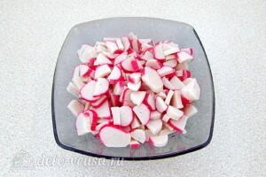 Крабовый салат с черной редькой: фото к шагу 3.