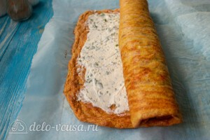 Морковный рулет со сливочным сыром: фото к шагу 10.