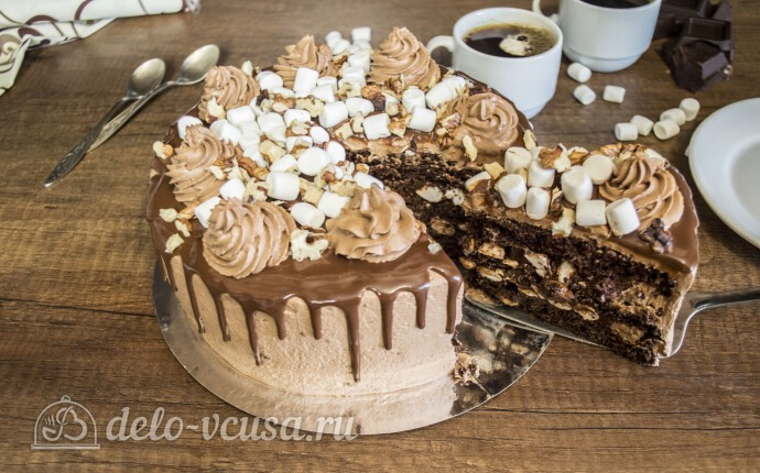 Шоколадный торт с орехами и маршмеллоу