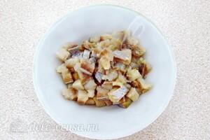 Картофельный салат с морской капустой и сельдью: фото к шагу 4.
