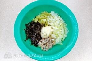Картофельный салат с морской капустой и сельдью: фото к шагу 7.