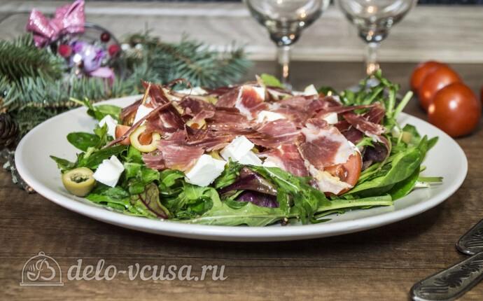 Салат с хамоном и сыром Фета