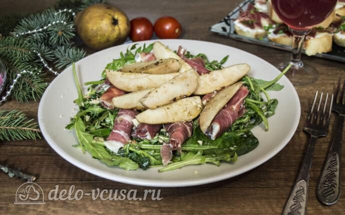 Теплый салат с грушей и хамоном