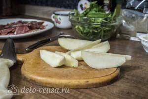 Теплый салат с грушей и хамоном: фото к шагу 1.