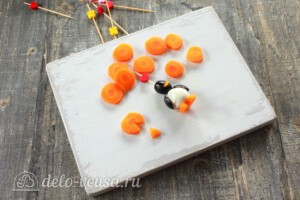 """Канапе """"Пингвины"""" из маслин: фото к шагу 6."""