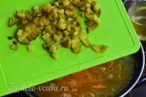 Порезать огурцы и добавить в суп