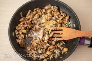 Сливочный соус с шампиньонами: фото к шагу 4.