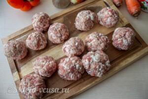 Мясные шарики с моцареллой в томатном соусе: фото к шагу 2.