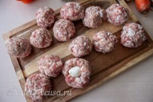 Мясные шарики с моцареллой в томатном соусе: фото к шагу 3.
