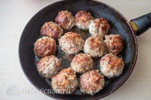 Мясные шарики с моцареллой в томатном соусе: фото к шагу 4.