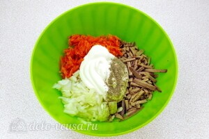 Салат из телячьей печени с овощами: фото к шагу 7.