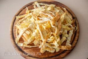 Блинный салат с куриной печенью: фото к шагу 8.