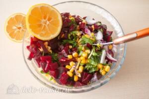 Салат со свеклой и кукурузой: фото к шагу 4.