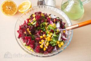 Салат со свеклой и кукурузой: фото к шагу 5.